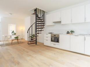 Deze volledig gerenoveerde gunstig gelegen woning bestaat uit een ruime leefruimte met open ingerichte keuken (incl. vaatwasser, combi-oven, keramisch