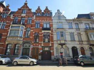 Prachtig herenhuis met garage in hartje Gent  nabij Sint-Michiels. Deze woning met prachtige gevel bestaat uit een inkom, leefruimte, ingerichte keuke