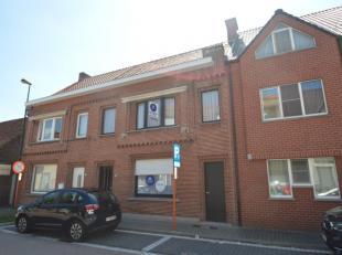 Deze ruime woning met mooie tuin is gelegen in het centrum van Belzele. De woning is rustig gelegen en bestaat uit een inkom, leefruimte, keuken, 3 sl