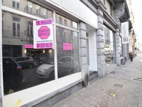 Dit centraal gelegen pand, naast designwinkel Bietini en rechtover restaurant Bari, biedt een winkelruimte van +- 112m2. Het bevat eveneens een klein