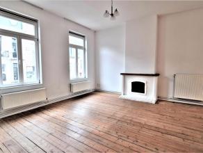 Dit luxueus appartement op de tweede verdieping in hartje Gent bestaat uit een inkom, toilet, berging, eetkamer met open ingerichte keuken met ruim zo