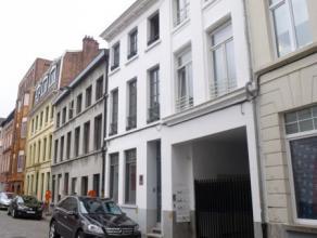 Te huur in GENT : volledig vernieuwde herenwoning met smaakvol ingerichte kantoor-, vergader- en trainingruimtes te huur in centrum Gent. (Opp. 200m2)