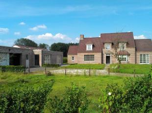 Te koop te KNESSELARE : recente villa op een totale oppervlakte van 2.500 m2 met bijgebouw. Bouwjaar 2006.<br /> Omv. : inkomhal met trap en toilet, l