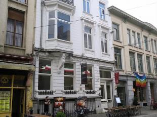 Te koop in GENT : volledig gerenoveerde opbrengsteigendom op uitstekende locatie.<br /> Omvattende :  op de sous-sol is een café met terras op