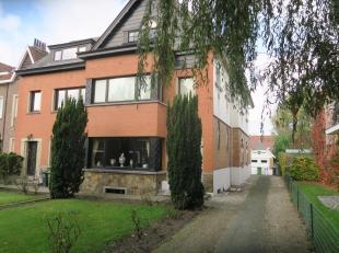 Te koop in GENT : deze woning is momenteel bewoond door de eigenares, (83 jaar) deze wenst levenslang te mogen blijven wonen. De woning omvat een mooi