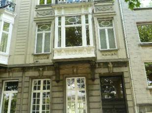 Te huur te GENT : goed gelegen herenwoning op de Coupure Rechts.<br /> Omv. : inkomhal met trap, living met eetplaats, keuken met bijkeuken. Mooie tui