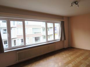 Te huur te GENT : gezellig appartement op 3de verdieping, nabij het Sint-Pietersstation.<br /> Omv. :  living (24 m2) en halfopen keuken (incl. oven,