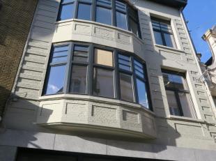 Te huur in GENT : zeer centraal gelegen appartement met twee slaapkamers.<br /> Alles volledig vernieuwd !<br /> Omv. : inkomhal, ruime leefruimte met