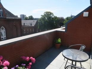 Te huur te GENT : ruim duplex-appartement van 150 m2 met 3 slaapkamers.<br /> Op 4de verd. : hal, leefruimte met trap, volledig ingerichte keuken, par
