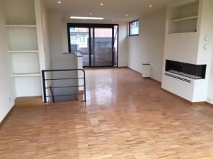 Te huur in GENT : zeer centraal gelegen (Langemunt) penthouse met een totale opp. van 145 m2 (duplex) en twee terrassen samen 100 m2.<br /> Omvattende