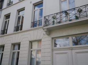 Te huur te  GENT :  vernieuwd appartement in oud herenhuis op 2e verdiep met bijzonder veel lichtinval (opp. 130 m2).<br /> Het appartement omvat een