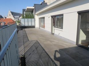 Te huur te GENT : centraal gelegen vernieuwd dakappartement met twee ruime terrassen.<br /> Omv. : inkom, ruime living met o.h., vernieuwde keuken, tw