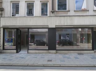 Te huur te GENT, Kortrijksepoortstraat : handelsruimte waarvan de buiten- en binnenzijde volledig gerenoveerd werd. Momenteel nog inspraak mogelijk do