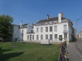 Te huur op de Geldmunt te GENT : appartement (142 m2) in een geclasseerde herenwoning, aan de begrenzing van het historisch wijk Patershol, met een mo