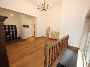 Dit karaktervol duplex-appartement is gelegen in het centrum van Gent, vlakbij verschillende handelszaken en belangrijke toegangswegen. U komt binnen