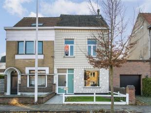 Deze gezellige halfopen woning is gelegen in een zeer rustige en residentiële buurt in Sint-Amandsberg. Via de afzonderlijke inkomhal komt men in