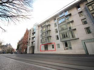 Dit luxueuze gelijkvloerse appartement bevindt zich op een uiterst gunstige ligging in centrum Gent. Via de inkomhal met apart gastentoilet komt u in