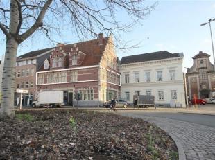 Dit ruim en lichtrijk appartement van maar liefst 140 m² is gelegen in het centrum van de stad, nabij het Sint-Jacobsplein en op wandelafstand va