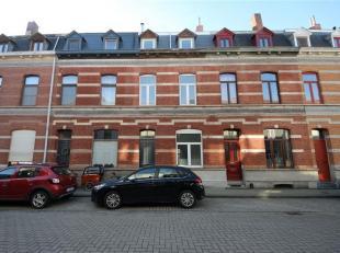 Deze gerenoveerde woning is gelegen in een rustige buurt nabij station Gent-Dampoort. Via de inkomhal komt u in de woonkamer (35m²) terecht dewel