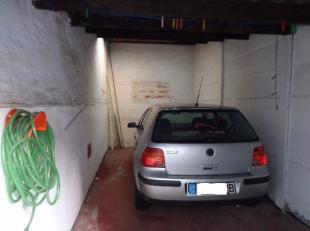 Centrum Gent. Garage gelegen achteraan een appartementenblok. Inrijpoort met afstandsbediening naar binnenplein met garages. euro 90,00/maand. Geen bi