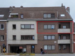 Opgefrist appartement gelegen op de derde verdieping. Inkomhal, apart toilet, drie slaapkamers, badkamer met ligbad en wastafel, eenvoudige keuken voo