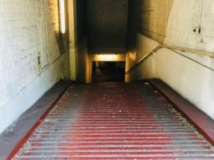 Afgesloten garagebox gelegen in de ondergrondse verdieping van een appartementencomplex op het Sint Annaplein. Garagebox niet geschikt voor hoge SUV.