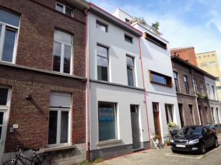 Rustig gelegen rijwoning nabij het Baudelopark. Deze woning heeft volgende indeling: inkom voorzien van ingemaakte kasten en valluik naar kelder. Een