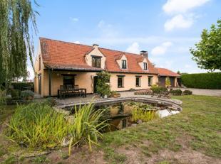 In deze mooie hoeve omgeven door een idyllisch aangelegde tuin met zwembad en zonneterras, poolhouse (met douche, sauna en bar), petanquebaan, zomer-