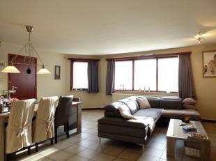 Nabij UZ Gent ligt dit ruim gelijkvloersappartement met als volgende indeling: gang, apart toilet, twee slaapkamers, lichtrijke woonkamer, vernieuwde