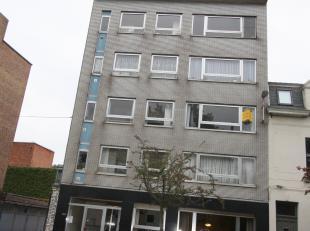 Ruim 3-slaapkamerappartement gelegen nabij Sint-Pietersstation! Indeling: inkomhall, leefruimte, afgesloten keuken, berging, 3 slaapkamers (2 grote, 1