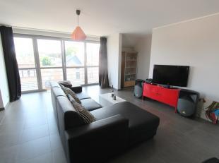 Dit prachtige duplexappartement heeft een oppervlakte van 153m² . Op de eerste verdieping bevindt zich  een ruime leefruimte en met ingerichte  k