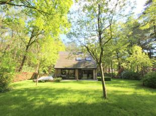 Deze vakantiewoning is gelegen tussen de bossen in een oase van rust en groen. De grond heeft een oppervlakte van 2.492 m². De woning is gebouwd