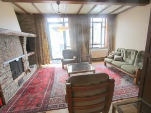 Gemeubeld drie-slaapkamer appartement (triplex) gelegen op een zeer leuke locatie! Dit appartement omvat op de 1ste verdieping een leefruimte, afgeslo