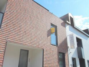 vlakbij de oprit van de E40 in Drongen vinden we deze ruime instapklare gezinswoning met 3 slaapkamers. Deze woning omvat onder andere een inkomhall m