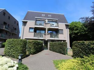 Instapklaar, gelijkvloers appartement met terras, klein tuintje en afgesloten open STAANPLAATS. Dit goed onderhouden appartement omvat een leefruimte