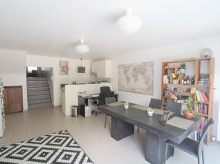 Instapklaar, ruim duplex appartement met groot terras (ca 40 m²) op wandelafstand van het Sint-Pieterstation. Dit appartement omvat inkomhall, le