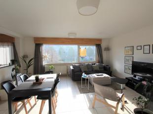 Centraal gelegen duplex-appartement nabij Gent-Zuid. Dit instapklaar appartement omvat op de tweede verdieping een leefruimte met open ingerichte keuk
