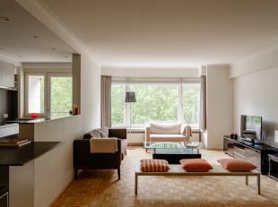 Gelegen in de Parklaan, nabij het St-Pietersstation, vinden we dit stijlvol gerenoveerd appartement met een bew. opp. van ca 120m². De ruime inko
