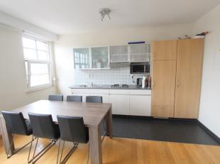 Instapklaar appartement op de 2e verdieping (geen lift in gebouw). Omvattende leefruimte met open ingerichte keuken (gasvuur + dampkap + frigo), &eacu