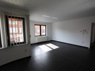 Instapklaar appartement gelegen op de eerste verdieping (lift in gebouw). Indeling: inkomhal, leefruimte met open ingerichte keuken (met vuurplaat, ov