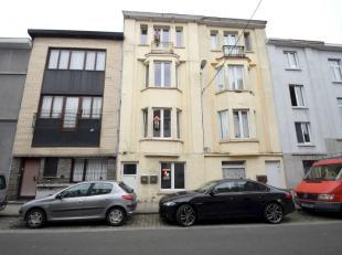 Deze woning is onverdeeld in 2 appartementen met telkens 1 slaapkamer, toegankelijk via de gemeenschappelijke gang. Ieder appartement beschikt over zi