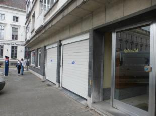 Gesloten garagebox te huur naast residentie SPLENDID, centraal gelegen aan het Sint-Annaplein en Gent Zuid! Breedte: 2,63m ; Diepte: 5,11m ; Hoogte: 1