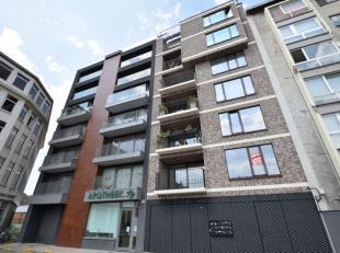Ruim en lichtrijk appartement nabij de Dampoort/Dok-Noord. Indeling: grote lichtrijke leefruimte met toegang tot een zonnig terras, volledig open ge&i