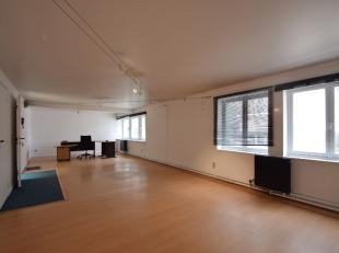 Kantoor van +/- 60m² te huur op eerste verdieping in voormalig pakhuis, gelegen te Gent Zuid met goede bereikbaarheid.De gemeenschappelijke delen