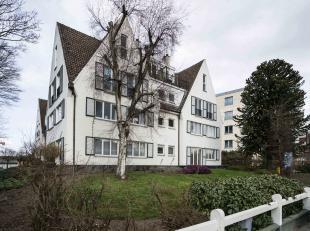 Dit appartementsgebouw is gelegen op één van de invalswegen (De Sterre) naar het Gentse stadscentrum, in de onmiddellijke nabijheid van
