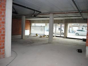 Nieuwbouw handelsgelijkvloers van +/- 210m² met zo'n 12m etalage en gelegen in het hartje van Waarschoot vlakbij het dorpsplein.<br /> Het hande