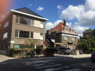 Volledig vernieuwd, LICHTRIJK en zeer RUIM duplex-appartement bestaande op de 1e verdieping uit een ruime inkomhal met apart toilet, zeer grote living