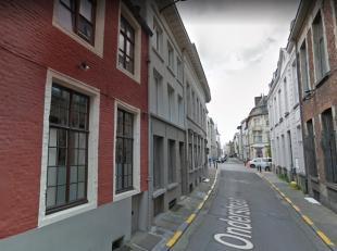 Prachtige en ruime, GEMEUBELDE studio in historisch hart van Gent, tussen Belfort/St-Baafs en Vlasmarkt/Vrijdagsmarkt. De studio is volledig ingericht
