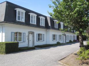 Prachtig villa-appartement INSTAPKLAAR, LICHTRIJK, ZONNIG en gelegen op een domein met grote gemeenschappelijke tuin. Dit appartement op het gelijkvlo