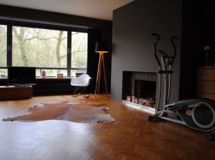 Dit prachtig ruim appartement bevindt zich op de 2e verdieping en bestaat uit een hall met vestiaire en toilet, zeer ruime lichtrijke living met parke